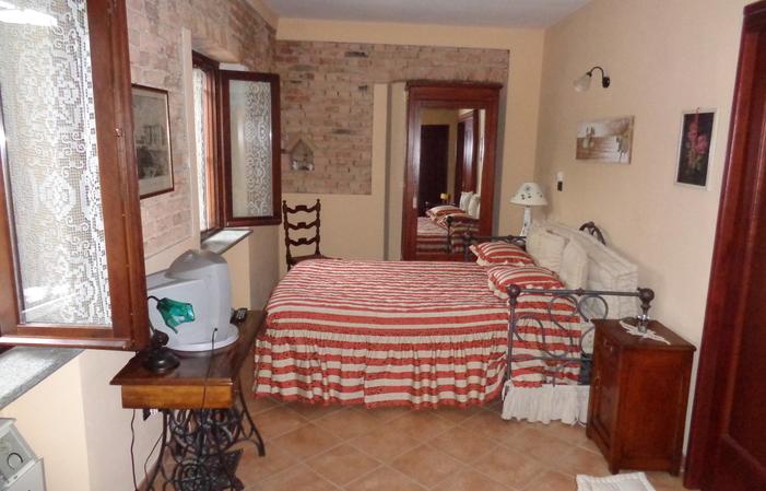 Chambre 4: Chambre double en face la terrasse 80€
